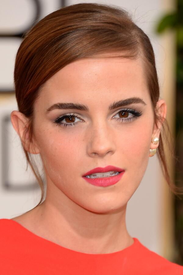 She stayed away from the bold red lip that a lot of stars flaunted. A chic and classy side-swept chignon and natural makeup worked ...