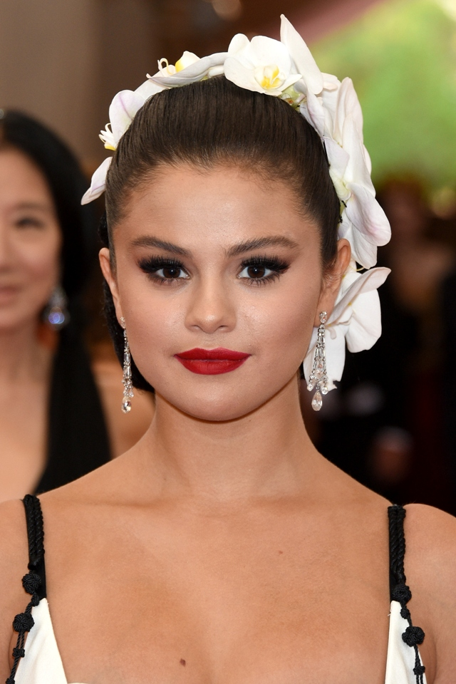 Selena-Gomez-Met-Gala-2015-Beauty-Hair